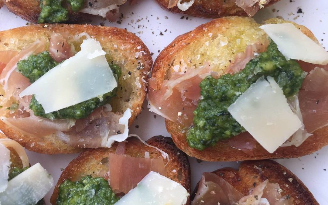 Bruschetta med skinke, pesto og parmesan